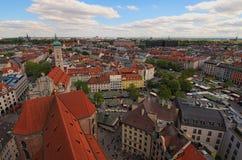 Исторический разбивочный панорамный воздушный городской пейзаж Viktualienmarkt ежедневный продовольственный рынок и квадрат в цен стоковые фотографии rf