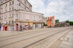 Исторический район старого польского города с рельсами трамвая на мощенной булыжником улице Стоковая Фотография
