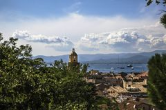 Исторический старый городок St Tropez, популярный курорт на Средиземном море, Провансали, Франции стоковая фотография rf