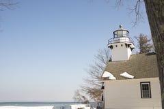 Исторический старый маяк полета, траверсированный город, Мичиган в выигрыше стоковые фото