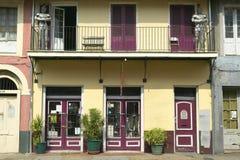 Исторический старый дом в французском квартале Нового Орлеана, Луизианы продает антиквариаты стоковое фото rf
