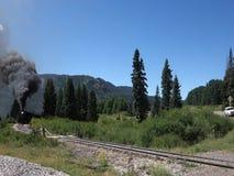 Исторический уголь подал пассажирский поезд wending свой путь через перевал сток-видео