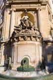 Исторический фонтан на здании в Париже, Франции Стоковые Фотографии RF