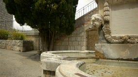 Исторический фонтан на меньшей деревне в Pre Alpes в южной Франции сток-видео