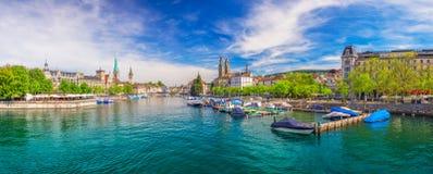 Исторический центр города Цюриха с известным рекой церков, Limmat Fraumunster и озером Цюрих, Цюрихом, Швейцарией стоковая фотография rf