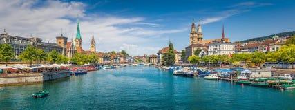 Исторический центр города Цюриха с известным рекой Limmat, Швейцарией Стоковое Фото