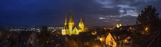 Исторический gelnhausen панорама определения Германии высокая на ноче стоковая фотография rf