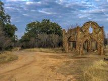 Историческое здание все еще стоя в грязи стоковое фото rf