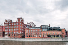 Историческое здание ` в октябре ` фабрики кондитерскаи красного на обваловке реки Moskva Стоковое фото RF