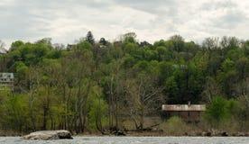 Историческое здание на речном береге Стоковая Фотография RF