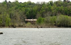 Историческое здание на речном береге Стоковое Изображение