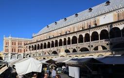 Историческое здание рынка в Падуе, Италии стоковые фото