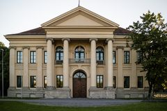 Историческое здание с передними портиком и колоннадой Стоковое Фото
