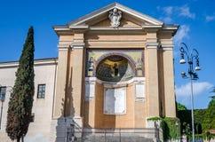 Историческое здание музея изобразительных искусств от международной эмблемы крыши и изображения Иисуса Христоса и его disci Стоковые Фотографии RF
