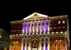 Историческое здание улицы на ноче, России Tverskay здание муниципалитета Москвы Стоковые Изображения