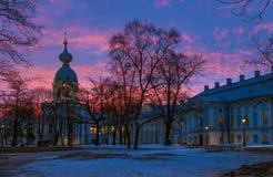 Историческое культурное здание в стиле барокко, Санкт-Петербург, Россия Восход солнца, предыдущее утро зимы Назначения перемещени стоковое изображение