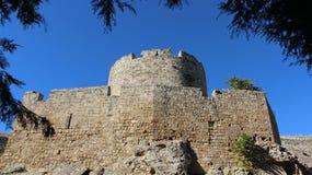 Историческое место Старые стены и крепость с листьями стоковые фото