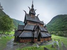 Историческое Borgund ударяет церковь в Норвегии Средневековая христианская церковь стоковые фото