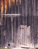 Историческое hayfork вилы на сельском доме в Австрии Стоковые Изображения RF