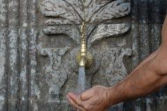История естественного фонтана питьевой воды стоковое фото rf