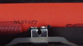 История - напечатанная на старой винтажной машинке Напечатанный на красной бумаге Красная бумага введена в машинку видеоматериал