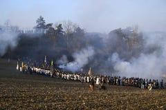 История дует в воинских костюмах маршируя на поле брани Стоковое Фото