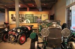 История чтения посетителя Bentley, с экзотическими кораблями в передовой линии, музей Saratoga автоматический, Нью-Йорк, 2015 Стоковая Фотография RF