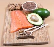 Источники омеги 3 жирной кислоты: льняные семена, авокадо, семги и грецкие орехи Стоковые Изображения RF