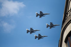 Истребитель F-16 строгает корабли во время военного парада на национальный праздник Бельгии Стоковые Изображения