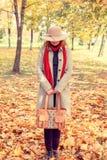 листья девушки брюнет золотистые Стоковая Фотография RF