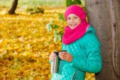 листья девушки осени милые Стоковое Фото