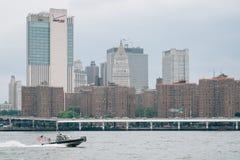 Ист-Ривер и взгляд Манхэттена от DUMBO в Бруклине, Нью-Йорке стоковое изображение rf