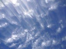 Исчерченные, wispy облака Стоковая Фотография