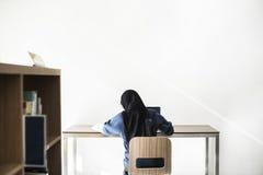 Исламское усаживание девушки и компьтер-книжка использования Стоковые Фотографии RF