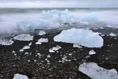 Исландский пляж отработанной формовочной смеси вполне кубов и блоков льда Стоковая Фотография