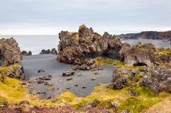 Исландский пляж с черной лавой трясет, полуостров Snaefellsnes, Исландия Стоковая Фотография RF