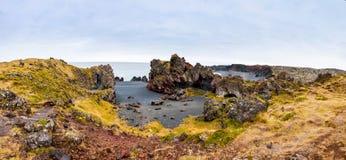 Исландский пляж с черной лавой трясет, полуостров Snaefellsnes, Исландия Стоковое Изображение RF