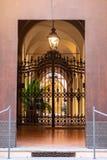 Италия, болонья, дверь старого дворца стоковые изображения rf