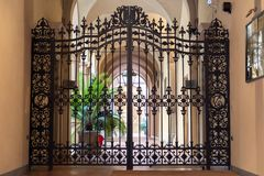 Италия, болонья, дверь старого дворца стоковые изображения
