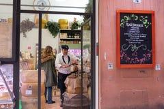 Италия, болонья, деликатес в центре города Стоковое Фото