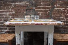 Италия, болонья, таблица и стулья харчевни Стоковые Изображения