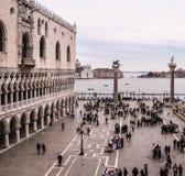 Италия, Венеция, St отметит квадратный, в зиме, людей в одежде зимы, смотря к грандиозному каналу с дворцом дожа на левой стороне Стоковое фото RF