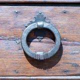 Италия: Закройте вверх деревенской старой двери Стоковые Фотографии RF