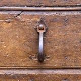 Италия: Закройте вверх деревенской старой двери Стоковые Фото