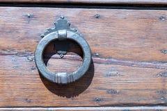 Италия: Закройте вверх деревенской старой двери Стоковые Изображения RF