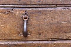 Италия: Закройте вверх деревенской старой двери Стоковое Изображение