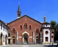 Италия - Ломбардия - милан - базилика Sant'Eustorgio квадратом Sant'Eustorgio аркады Стоковая Фотография RF