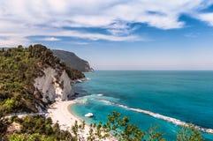 Италия май 2017 - взгляд пляжа Numana с кристаллом - ясная скала моря и известняка Стоковое фото RF