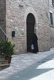 Италия: Монашка входит в старый монастырь стоковое изображение rf