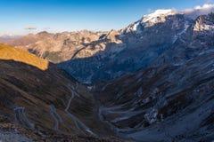 Италия, национальный парк Stelvio Известная дорога к пропуску Stelvio в Ortler Альп стоковая фотография